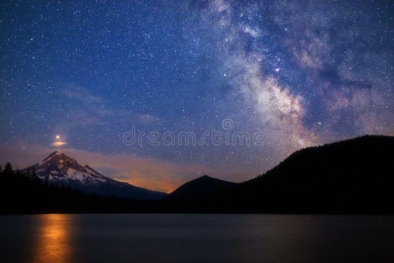 Fördärvar stigning över Mt Huv med Vintergatan på den borttappade sjön, Oregon royaltyfria foton
