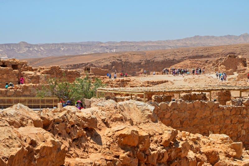Fördärvar turist- grupper för utfärd på av fästningen av Masada Utfärder runt om Israel och den Judean öknen arkivbilder