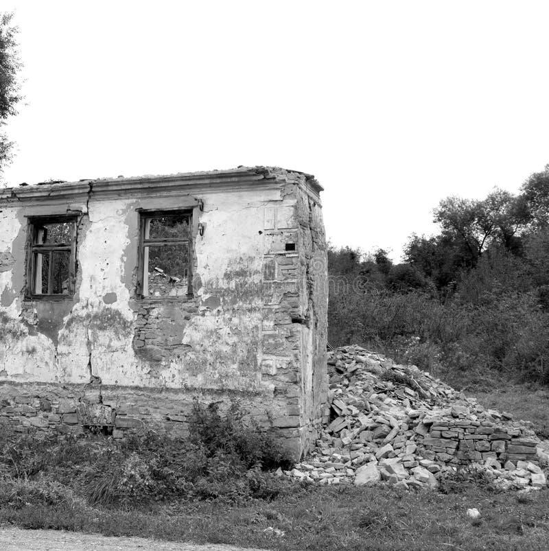 fördärvar Typiska lantliga landskap- och bondehus i Barcut, Bekokten, Brekolten, Transylvania, Rumänien royaltyfria bilder