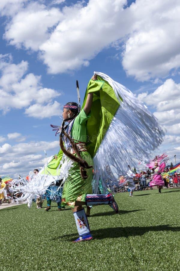 Fördelande armar för ung infödd kvinna på dansen arkivfoto