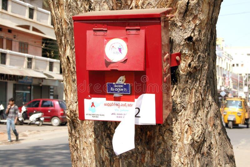 Fördelande kondomar för hjälpmedelkontrollsamhälle i Indien royaltyfria foton