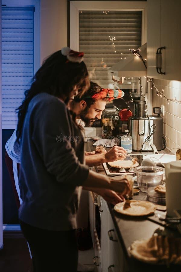 Fördelande kräm för allvarlig man på pannkakan i köket arkivfoto
