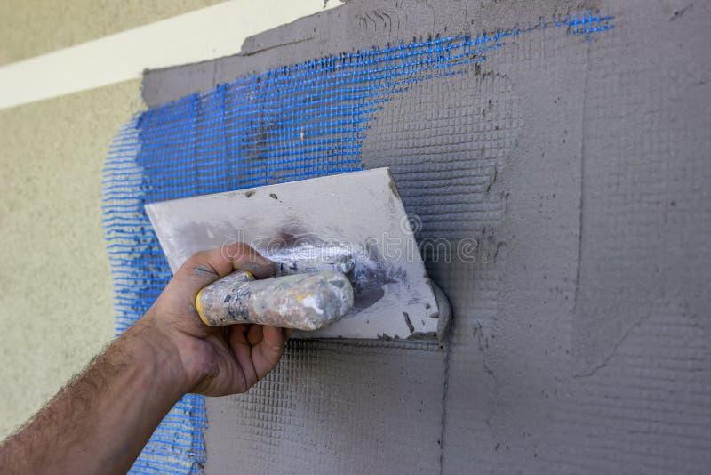 Fördelande mortel på ingrepp av polystyrenisoleringsvägg 2 royaltyfri foto