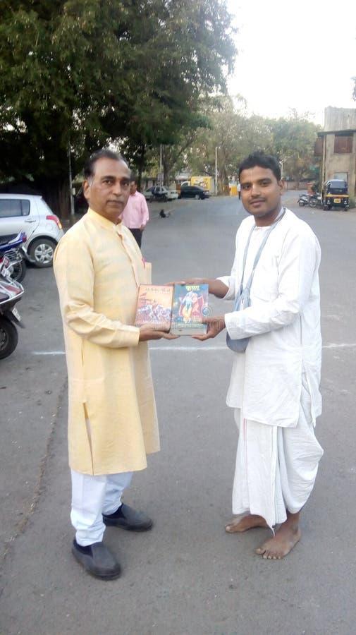 Fördelning av den heliga boken av Bhagwadgita royaltyfria foton