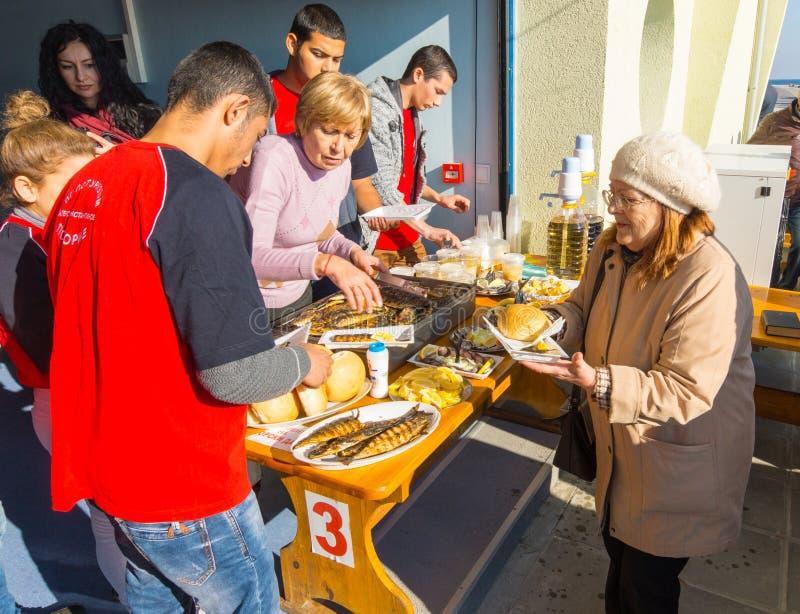 Fördelning av invigd mat på festmåltiden av St Nicholas i Pomorie, Bulgarien fotografering för bildbyråer