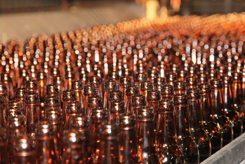 Förderanlagenzeile mit vielen Bierflaschen stockbild