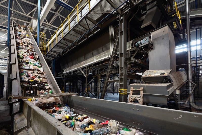 Förderband am AbfallverwertungsanlagenTransportabfall innerhalb des Siebs des Trommelfilters oder des Drehens zylinderförmigen mi stockfotos