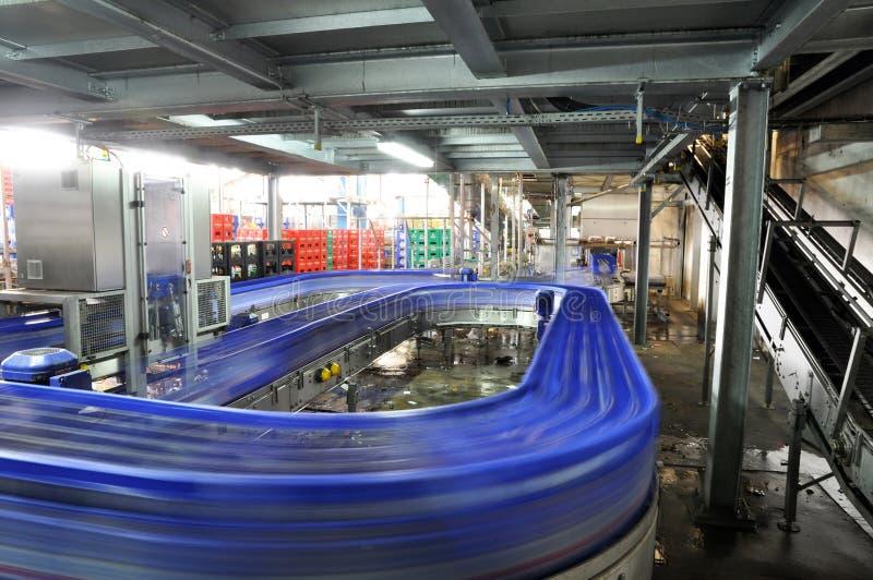 Förderband einer Brauerei - Bierflaschen in der Produktion und im bott stockfotografie