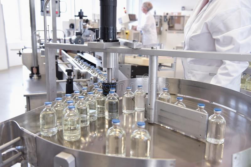 Förderband für die Produktion von Arzneimitteln und von Füllen lizenzfreie stockbilder