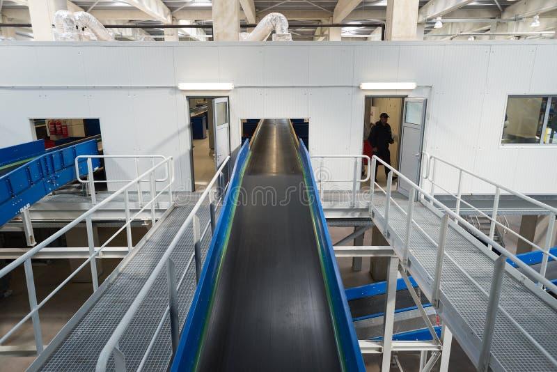 Förderband-Kettenmaschinerie in einer aufbereitenden überschüssigen Anlage stockfoto