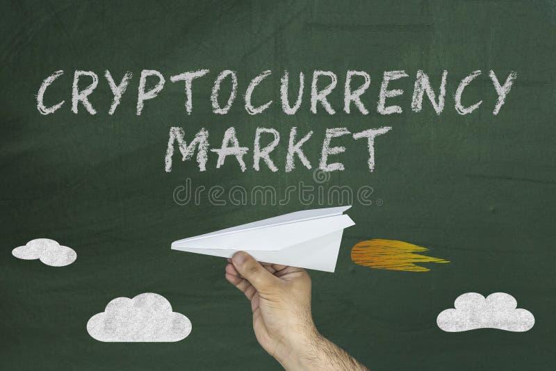 Förderungskonzept Cryptocurrency-Marktes Mann, der Papierfläche hält stockfoto