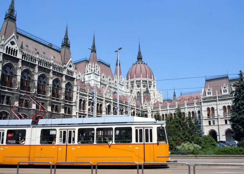 Förderwagen u. ungarisches Parlaments-Gebäude stockbild