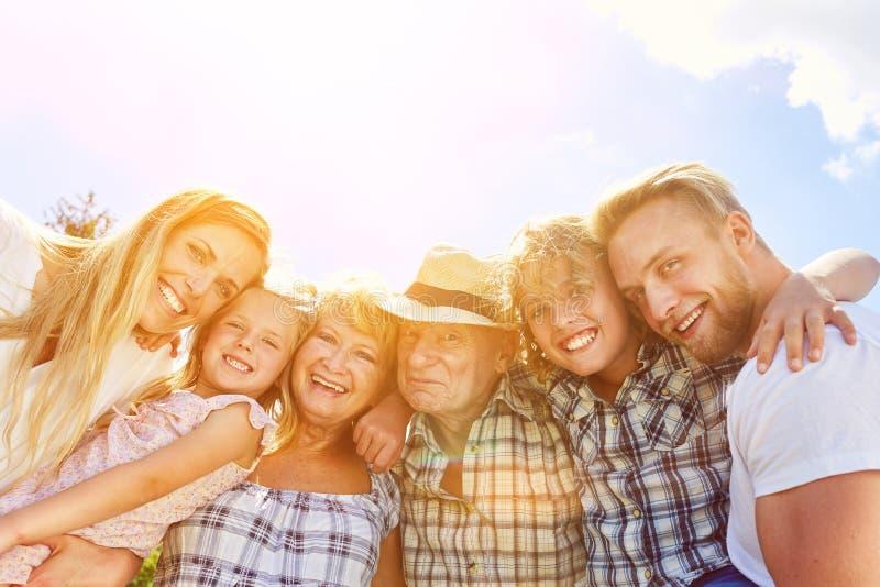 Fördjupad storslagen familj med barn och morföräldrar royaltyfri foto