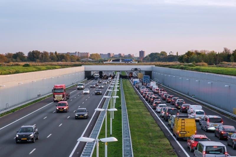 A4 fördjupade motorwayen Rotterdam Haag, trafikstockning i dina royaltyfri fotografi