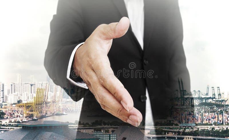 Fördjupande hand för affärsman med huvudstadsbakgrund, selektiv fokus, grunt djup av fältet fotografering för bildbyråer