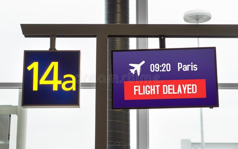 fördröjnintt flyg Information på bildskärm på en port royaltyfri bild