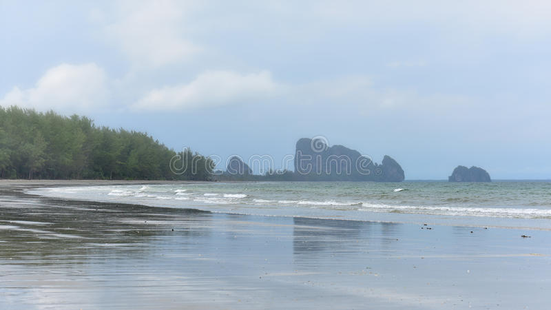 Fördunkla filt de tropiska bergiga öarna i Krabi royaltyfri bild