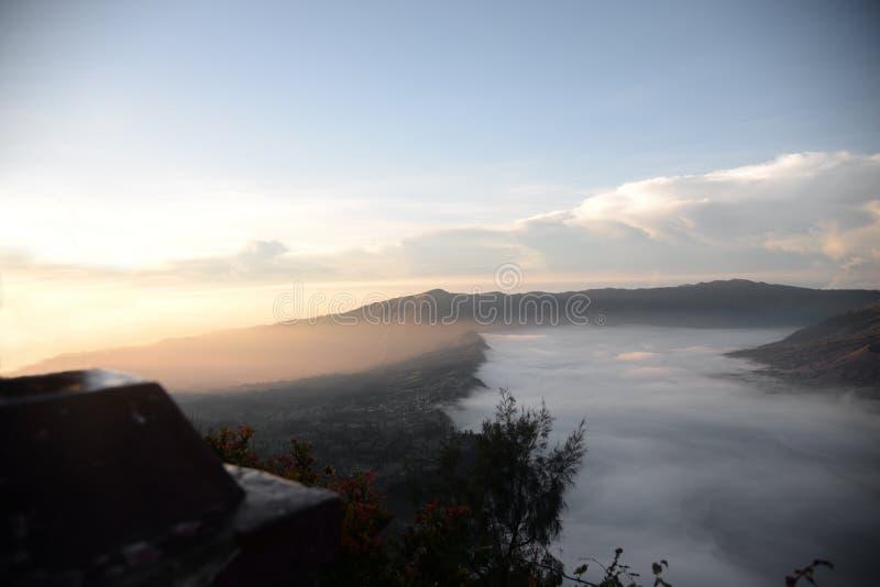 Fördunkla i calderaen av den Bromo vulkan arkivfoton