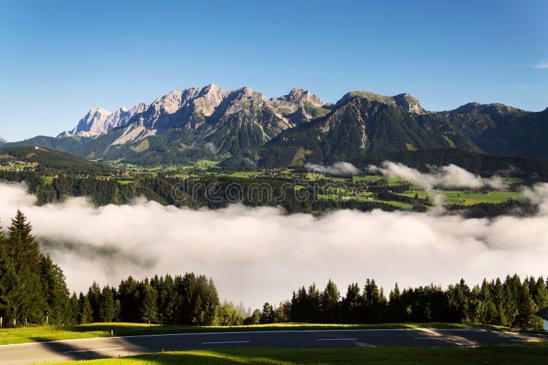 Fördunkla i dalen över Schladming, Dachstein berg, fjällängar, Österrike royaltyfri fotografi