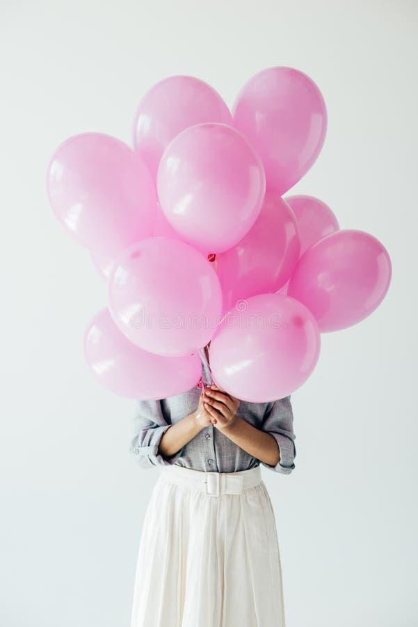 fördunklad sikt av kvinnainnehavgruppen av ballonger i händer royaltyfria foton