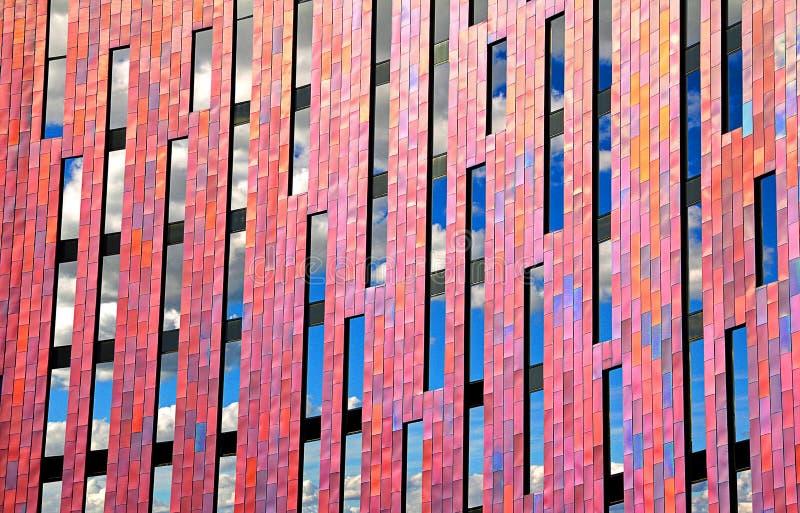 Fördunklar den geometriska designen för det moderna kontoret i fönster royaltyfria foton
