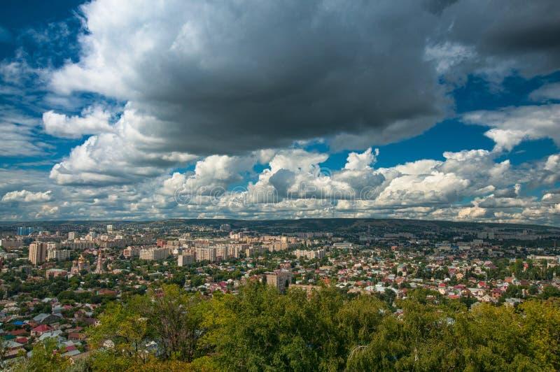 Fördunklar den panorama- härliga cityscapesikten för den breda vinkeln på Saratov i sommar med blå himmel och vit fotografering för bildbyråer