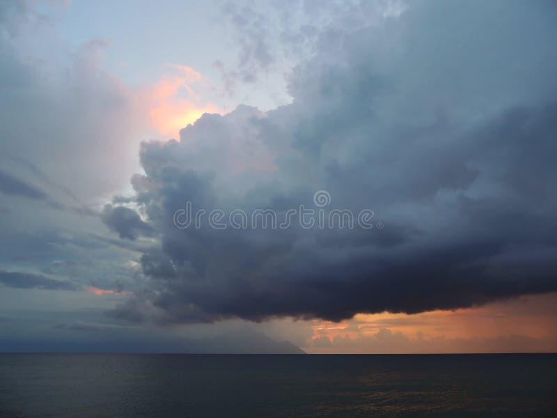 Förebåda - stormmoln över det mörka havet fotografering för bildbyråer