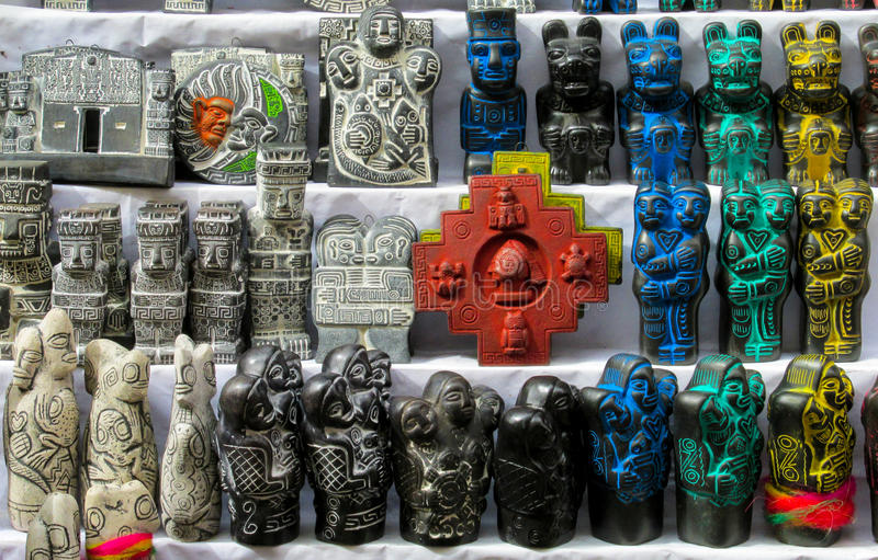 Förebilder på mercado de las brujas i Bolivia royaltyfria foton