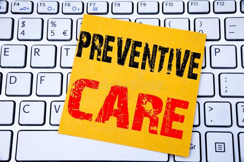 FÖREBYGGANDE OMSORG Affärsidé för vård- medicinomsorg som är skriftlig på klibbigt anmärkningspapper på den vita tangentbordbakgr royaltyfri foto