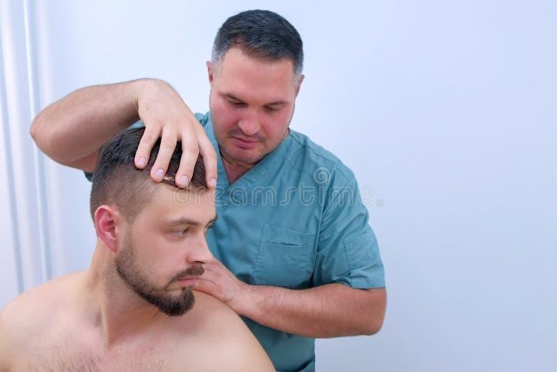 Förebyggande undersökning av doktor chiroprator vid diagnos av nacke fotografering för bildbyråer