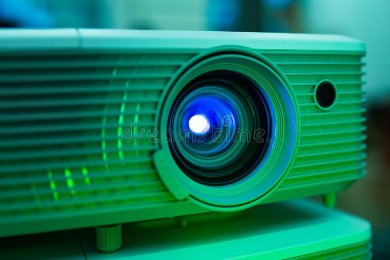 Föreläsning för rum för utrustning för ljus för projektorlinskonferens royaltyfria bilder