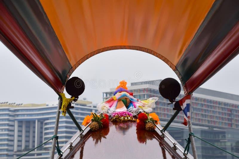 Fören av en traditionell taxi för flodfartyg, prydas i blommor som pekar till moderna höga löneförhöjningbyggnader bredvid flodst royaltyfria bilder