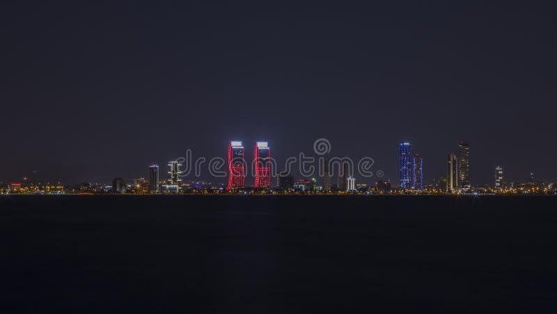 förenad arabisk natt för highrise för byggnadsdubai emirates royaltyfri bild