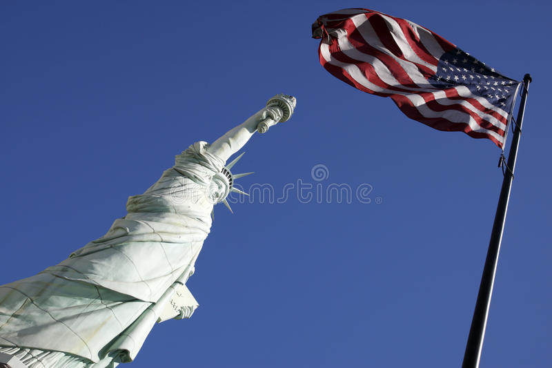 förenad staty för amerikanska flagganfrihetsta royaltyfria bilder