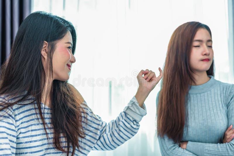 Förenades den asiatiska kvinnan för skönhet av flickvännen efter argument I royaltyfria foton