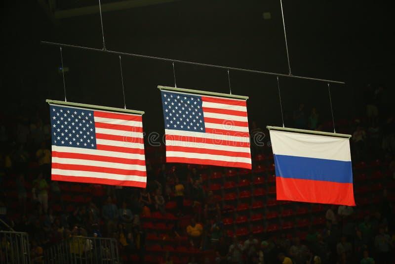 Förenar flaggor för tillstånd som och för rysk federation lyfts under women& x27; för gymnastikmedalj för s allsidig ceremoni på  royaltyfri foto