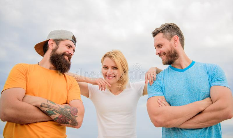 Förenat av idé Kvinnan och män ser säkra medan det nära staget som laget Skuldra som du kan lita på feel royaltyfri fotografi