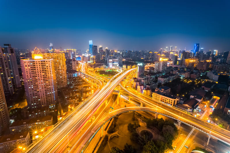 Föreningspunkt av stadsvägen på natten arkivbilder