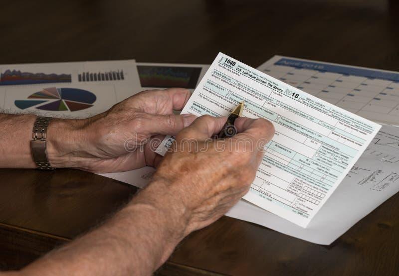 Förenklad form 1040 låter att spara av skatter på vykortet arkivbild