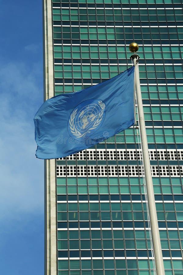 Förenta Nationernaflagga framme av FN-högkvarteret in  royaltyfria bilder