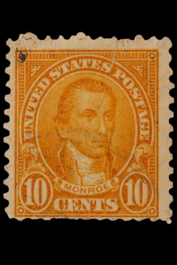 FÖRENTA STATERNA - CIRCA 20-tal: Tappning USA 10 cent portostämpel med ståenden James Monroe - amerikansk statsman och grundlägga arkivfoto