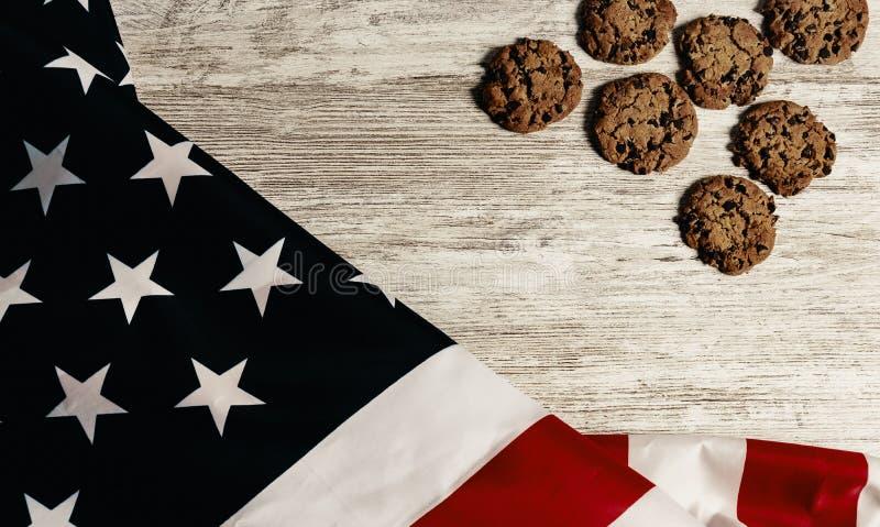 Förenta staterna flagga och kakor, all på trätabell royaltyfri bild