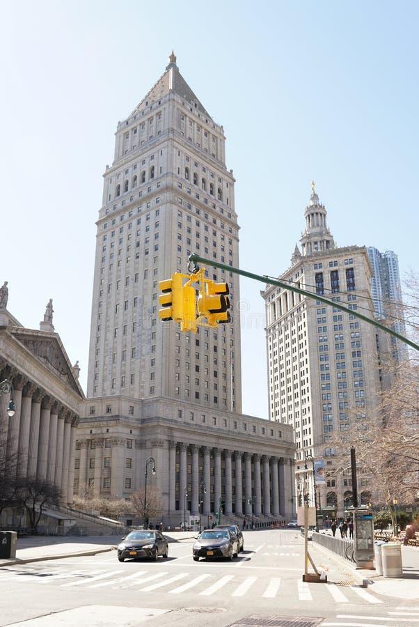 Förenta staternadomstolsbyggnaden med gul trafikljus som är främst i New York City arkivfoto
