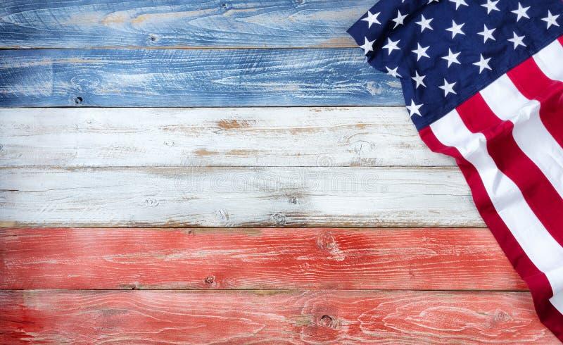 F?renta staternaflagga av Amerika p? lantliga tr?br?den som m?las i traditionella nationella f?rger med ?verfl?d av kopieringsutr arkivbilder
