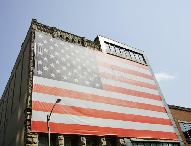 Förenta staternaflagga av Amerika som är överdimensionerad på en byggnad arkivbilder