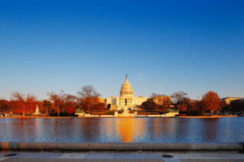 Förenta staternaKapitolium bak den reflekterande pölen för Kapitolium i Washington DC, USA royaltyfri foto