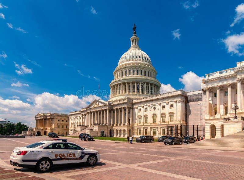 Förenta staternaKapitoliumbyggnad i Washington DC - östlig fasad av den berömda USA-gränsmärket med polisbilen framme arkivbild