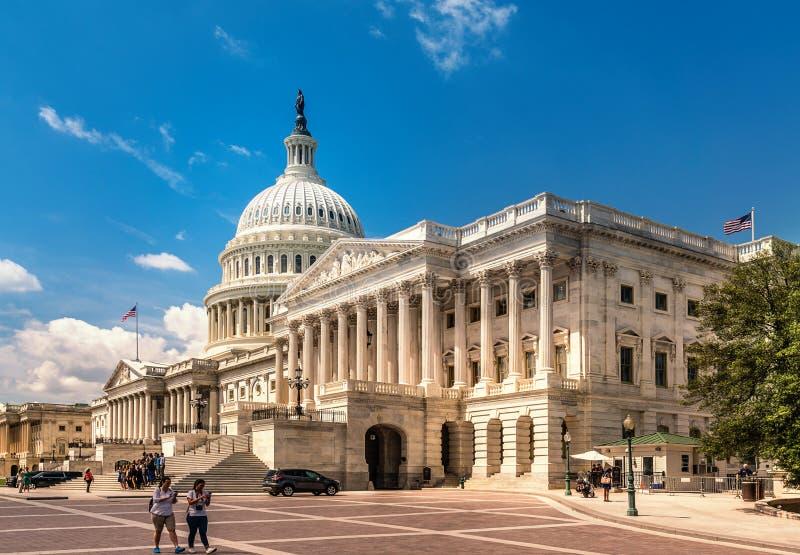Förenta staternaKapitoliumbyggnad i Washington DC - östlig fasad av den berömda USA-gränsmärket med turister royaltyfri foto