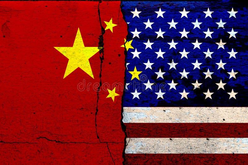 Förenta staternas flagga och Kinas flagga och den ekonomiska striden Måla på spruckna murar Blandade medier royaltyfria foton