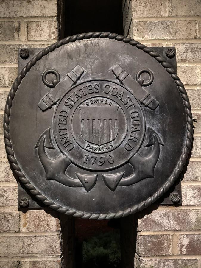 Förenta staternas kustbevakning vid Mount Pleasant War Memorial, Mount Pleasant, SC arkivbild